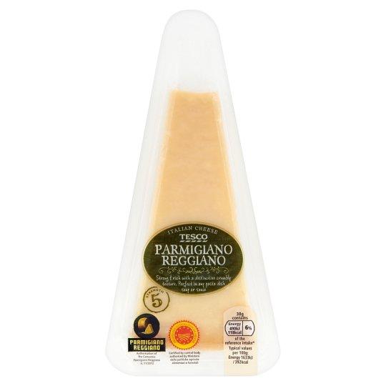 Tesco Parmigiano reggiano polotučný taliansky tvrdý syr vyrobený z nepasterizovaného mlieka 125 g